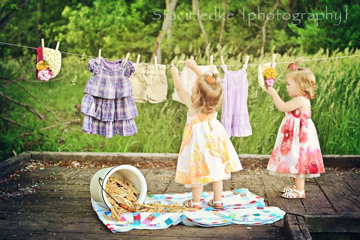I love this little girl photo session. ♡ Fun summer sisters photoshoot idea in a backyard setting using laundry as props! Child / Family Photography <3