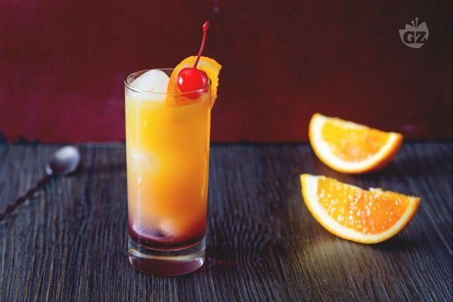 Tequila, succo d'arancia ed una spruzzata di sciroppo di granatina, gli ingredienti necessari per preparare il tequila sunrise cocktail a casa vostra!