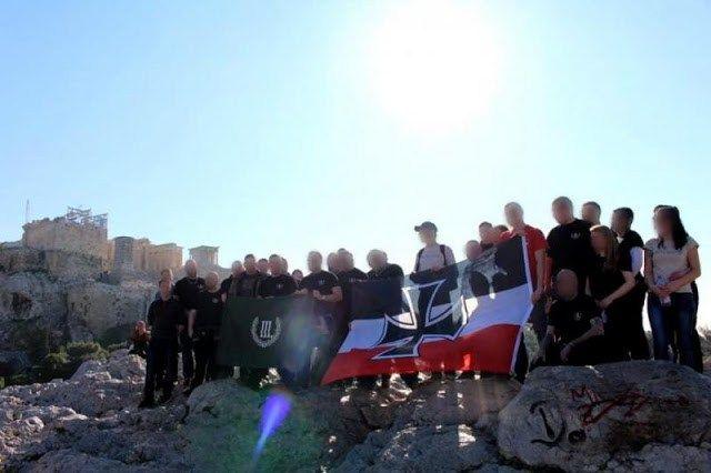 Τη σημαία του γερμανικού Ράιχ σήκωσαν στην Ακρόπολη οι «προσκεκλημένοι» της Χρυσής Αυγής -