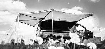 Foxwing-Markise für VAN. In 10 Minuten ein riesiger Schatten. Optimal auch für Heckküchen unter der Heckklappe.