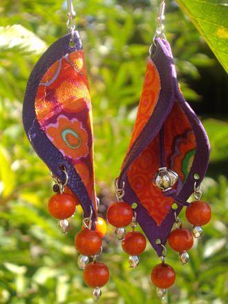 RESERVEES B.O.  tissu et cuir violet -dominante orange, rouge,  : Boucles d'oreille par medidoi