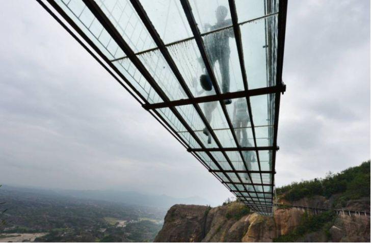 самый длинный стеклянный подвесной мост в мире открылся в Китае