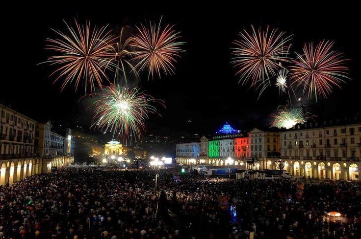 Spettacoli in piazza, giochi, concerti, animazioni per bambini, manifestazioni sportive, il meraviglioso corteo storico in costumi tipici, l'accensione del grandissimo falò, il suggestivo spettacolo dei fuochi d'artificio sul #Po… Siete pronti per festeggiare il patrono di #Torino? Buona Festa di #SanGiovanni a tutti!