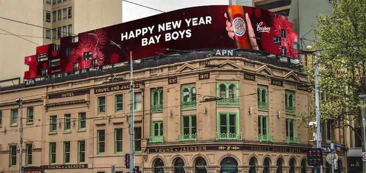 """Et si vous pouviez diffuser sur des panneaux vos messages personnels ? En Australie, la marque de bière Coopers vous offre cette opportunité ! En partenariat avec l'agence KWP!, cette marque a mis en place une opération baptisée """"Shout Out"""". Le principe est simple : 52 panneaux publicitaires interactifs ont été loués par la marque en Australie. Via un site web dédié, les internautes ont la possibilité de faire personnaliser un message privé qui sera diffusé sur l'un des affichages."""