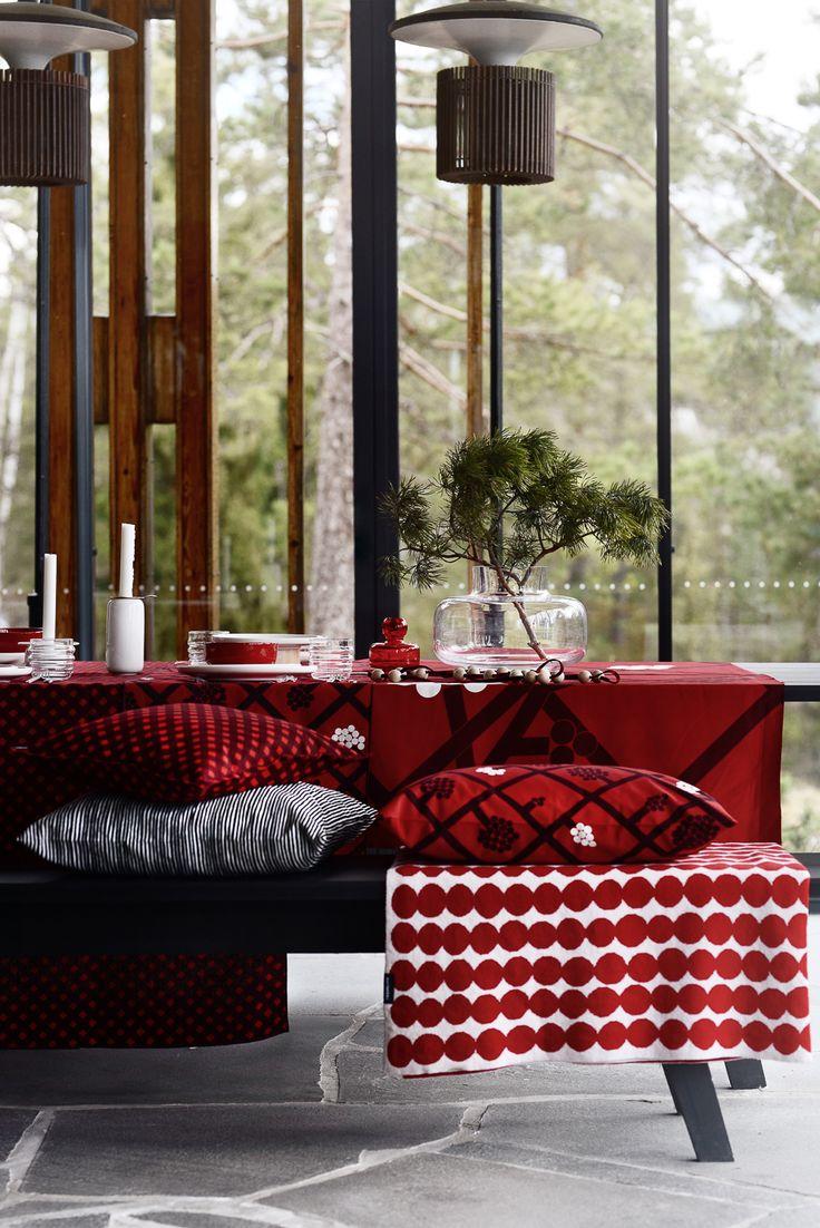 Marimekon joulu loistaa perinteisen punaisen sekä ylellisen kullan sävyissä. Graafiset kuosit pitävät tyylin ajankohtaisena.