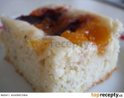 Šťavnatá cukeťačka s ovocem a marmeládou