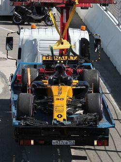 El coche chocado de de Jolyon Palmer, Renault Sport F1 Team RS17 es recuperado por oficiales de pista  GP de Rusia  2017/04/27 para 2017/04/30