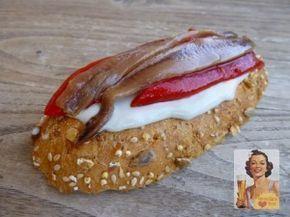 Una de las recetas de tapas que más me gustan: un sencillo montadito de crema de queso con pimientos del piquillo y anchoas. Recetas de tapas fáciles