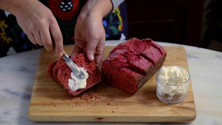 Receita com instruções em vídeo: Esse delicioso e fofinho pão de beterraba vai…