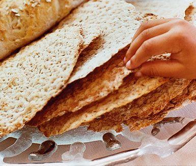 Vem kan motstå en härlig knäckebrödssmörgås med ost? Vill du pröva att bara ett eget knäckebröd med smak av kummin, fänkål, anis och rågmjöl så är det här ett utmärkt recept.