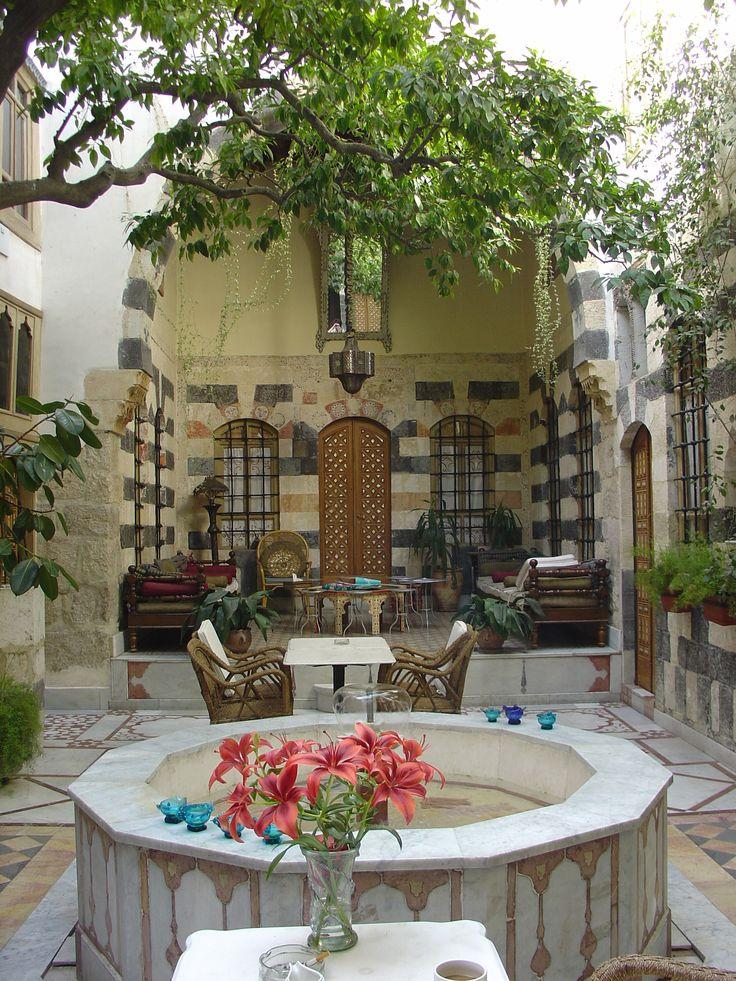 یک حیاط سنتی سوریه، یک چاردیواری واقعی