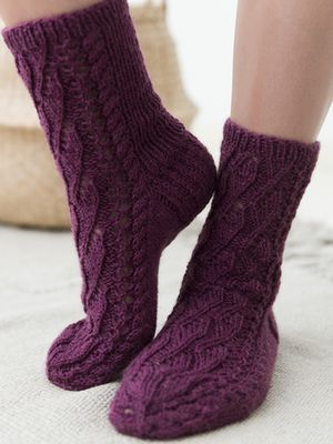 Naisen pitsineulesukat Novita Nalle. Lace socks knitting pattern