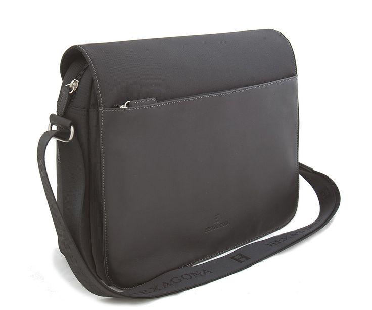 #Hexagona Černá pánská luxusní taška Hexagona s koženou klopou na magnetický cvoček. Uvnitř –jedna kapsa na zip. Zepředu – pod klopou jedna kapsa bez zipu a na tužky. Zezadu – kapsa na zip. Součástí tašky je popruh (nylon).
