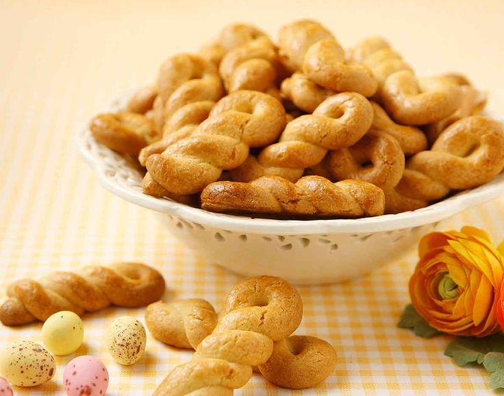 Εύκολη και γρήγορη συνταγή για αφράτα και τραγανά πασχαλινά κουλουράκια με βούτυρο γάλακτος Lurpak.