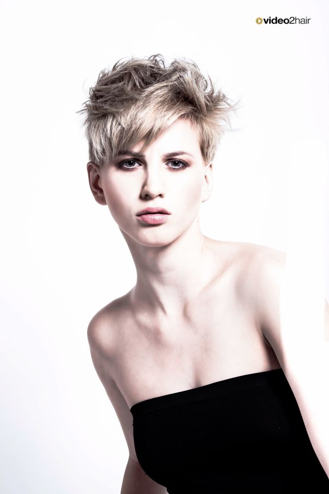 """""""Frengy Chick"""" a haircut by Wolfgang Aichbauer. www.video2hair.com/de/home/54136497"""