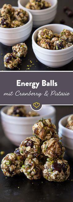 Eine Kugel Energie gefällig? Die Energy Balls aus Pistazien, Cranberries, Chia-Samen und Haferflocken sind schnell gemacht und schmecken sündhaft gut. (Vegan Sweets Breakfast)
