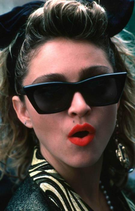 Madonna - ik liep al eerder met zo'n strik maar toen werd ik uitgelachen. Een paar maanden later, liepen alle meisjes hiermee.