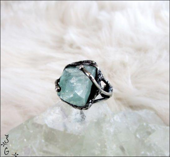 Prsten+-+kalcit+Prsten+kalcit+je+vyroben+technikou+tiffany+pomocí+cínu+s+příměsí+stříbra+(+cín+neobsahuje+olovo)+drátku,+nerezového+kroužku+a+surového+kalcitu.+Prsten+je+patinován+a+následně+očištěn+speciálním+antioxidačním+olejem.+Velikost+prstenu+je+univerzální+(nastavitelná)+Hodí+se+k+této+soupravě:souprava+-kalcit