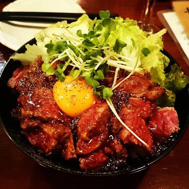 腹ごなし(  ̄▽ ̄) #食べ歩き#明石#ジャンク#フード#B級グルメ#ステーキ丼#卵黄#がっつり系#米#どんぶり#一皿完結#濃厚#サラダ#たんぱく質#肉#牛肉#レア#アメリカ産