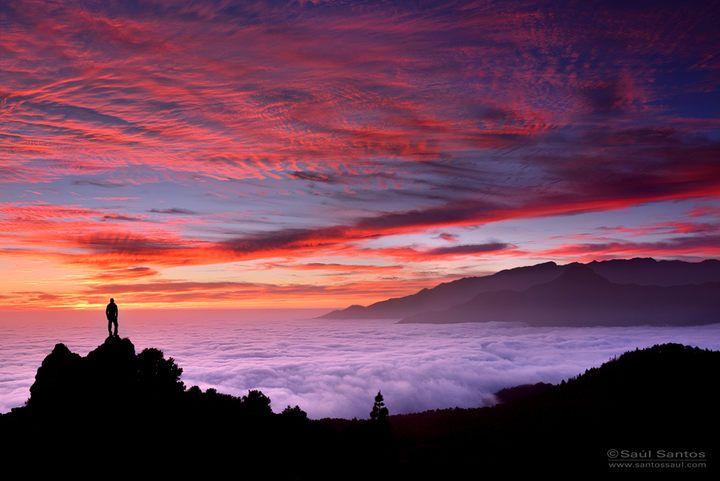 Atardecer en el Llano del Jable, con un cielo rojo y un señor mar de nubes, con La Caldera de Fondo. Isla de La Palma, Canarias.. Saul Santos Diaz - photographer
