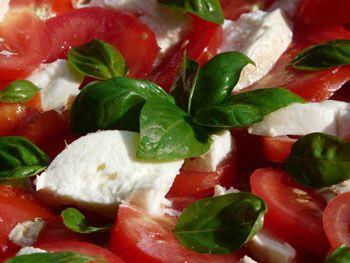 Eenvoudig recept voor lekkere salade met tomaten mozzarella en verse basilicum. (Lekker met kip shoarma en rijst)