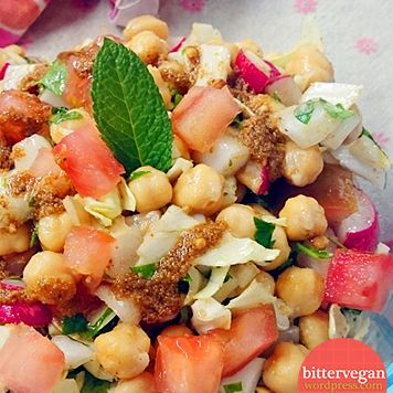 Mezcla de garbanzos cocidos, perejil fresco, menta y otros vegetales aliñada con salsa a base de lima o limón, aceite y comino.