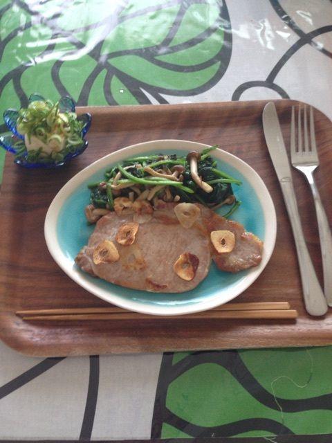 昼:冷奴ネギ乗せ       ほうれん草とシメジの塩炒め       豚肉ステーキ(豚の生姜焼き用肉)