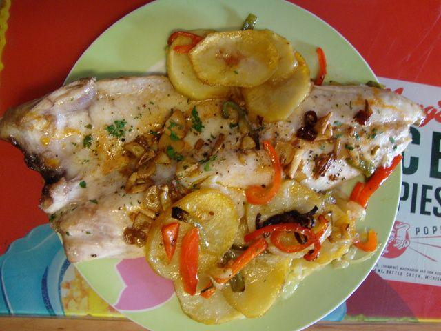 Lubina a la espalda con cama de verduras. Ver receta: http://www.mis-recetas.org/recetas/show/47707-lubina-a-la-espalda-con-cama-de-verduras