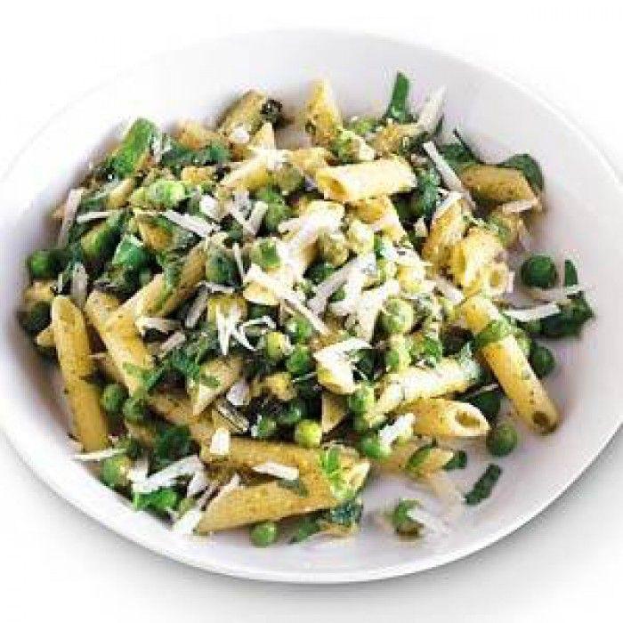 pasta met courgette en spinazie of doperwt en kip of zalm. Met bouillon, kruiden (basilicum, peterselie, pezo) en kookroom.