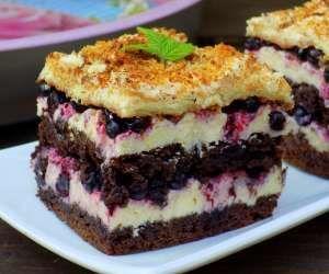 kakaowe ciasto z jagodami i kremem grysikowym