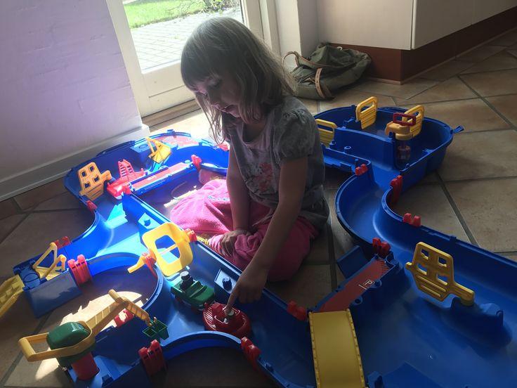 Tines datter leger her med den nye Aquaplay vandkanal. Selv inden der er kommet vand i, er den sjov at lege med.  #Legebyen #LegebyenDK #Aquaplay #Vandleg #Legetøj #Vandlegetøj #BrugernesBilleder