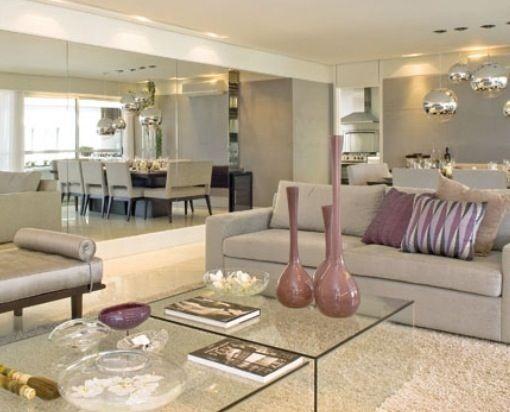 Mesa de centro em vidro, Chaise e sofa cinza, parede em espelho e lustres em diferentes alturas da Dominici by Fernanda marques Arquitetura.jpg