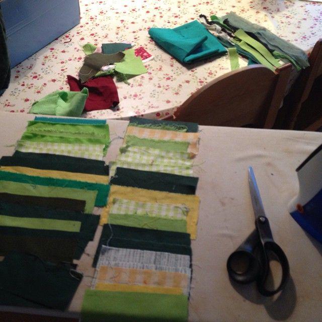 Lapptäcke på gång. Försöker att nyttja alla små bitar jag har. #lapptäcke #lappteknik #patchwork