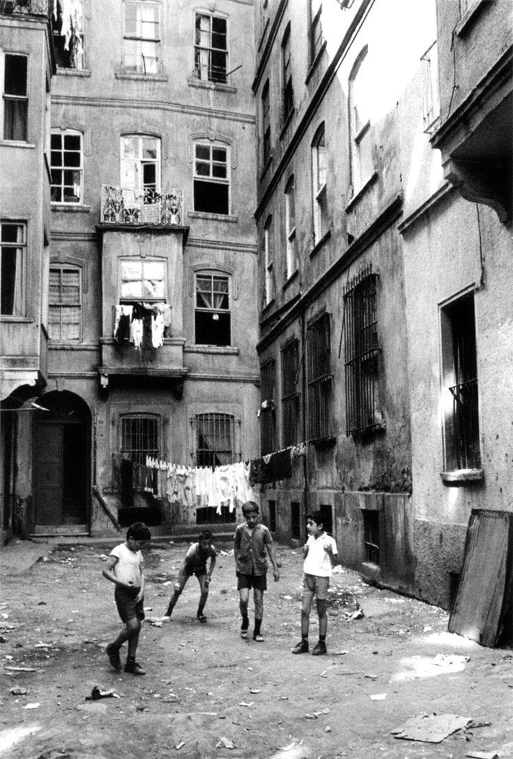 beyoğlu, 1984 photo by ara güler, from ara güler's istanbul