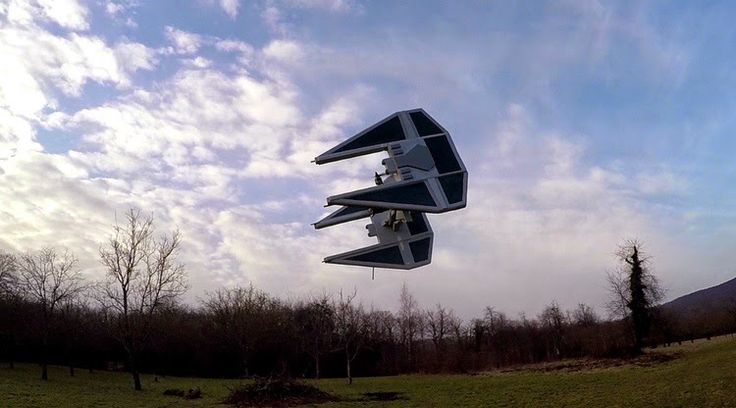 Vuelo de un dron a control remoto del TIE Fighter de Star Wars