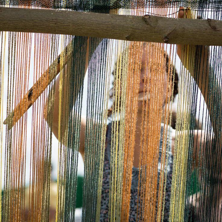 Hier zie je hoe de boeren kleding weven.