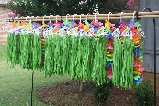 Hawaiian Luau Theme - This is lovely idea to make sure everyone gets in the party mood!