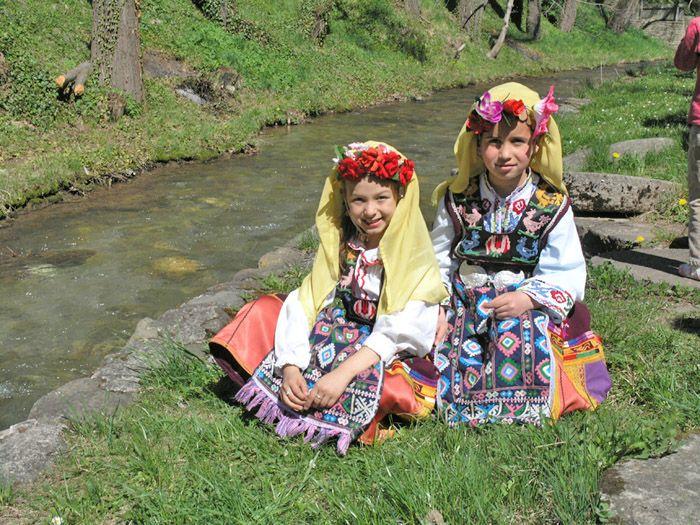 """Българите мохамедани в Родопите отбелязват началото на пролетта с празника """"Невруз"""" (Нова година) на 25 ти март Благовещение.Според техните поверия на този ден """"земята е болна и затова не бива да се оре"""", """"всичко оживява и животните излизат от земята"""". Жените не решат косите си, не плетат с куки и не шият с игла, за да """"не се точат смоците като косите и конците""""."""