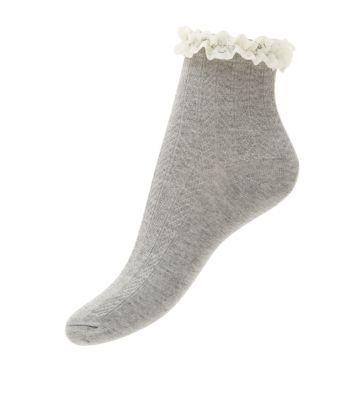 Chaussettes grises en maille torsadée avec volants à l'ouverture