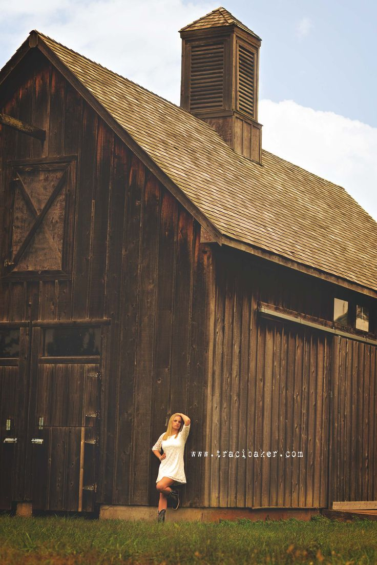 Rustic Barn Senior Girl l Barn l Posing in front of rustic barn l www.tracibaker.com l #senior2014