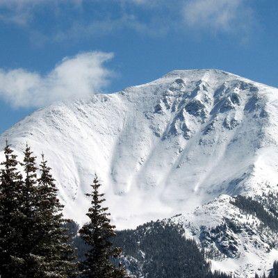 Zdobycie Korony Ziemi to prestiżowe osiągnięcie wśród wspianaczy. Co kryje się za tym terminem? najwyższe szczyty poszczególnych kontynentów! Korona Ziemi to idea autorstwa amerykańskiego biznesmena Richarda Bassa, który ją wymyślił, zdobył, a następnie opisał całe przedsięwzięcie w książce. Trwają spory, czy zaliczać do niej Górę Kościuszki i Mont Blanc, czy wyższe Puncak Jaya i Elbrus.