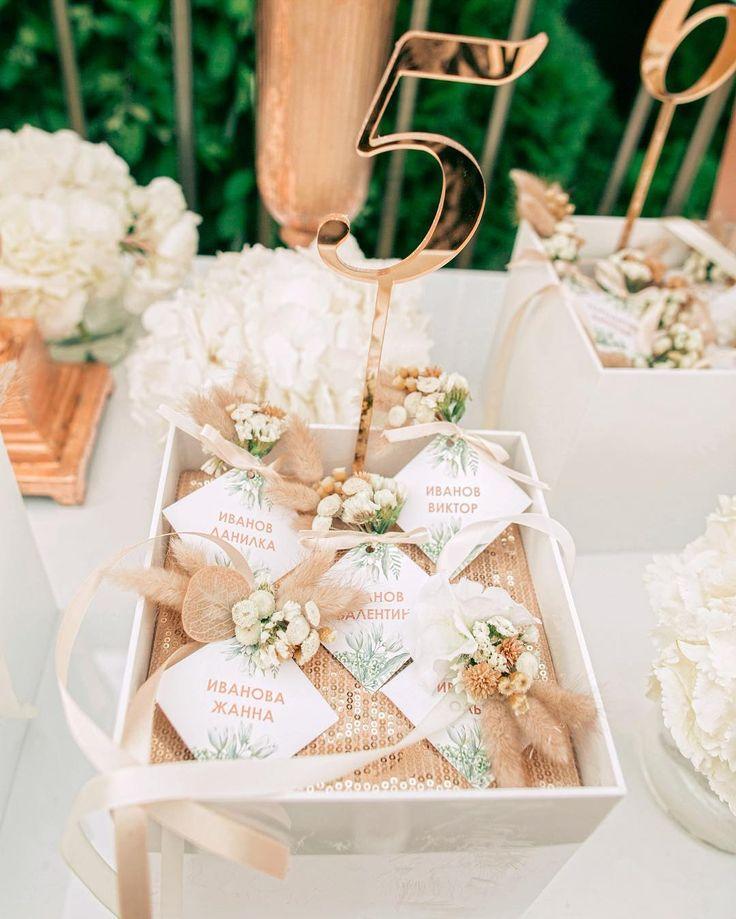 Букет в день свадьбы может быть не только у невесты👰🏼 маленькие цветочные композиции, украшавшие рассадочные карточки, стали приятным знаком внимания для гостей    Photo by @liliya_gorlanova #liliyagorlanovaphotography   #chugbegin #gorlanova_event #artofhappymoments