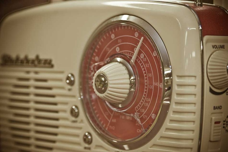 Old-school radio.Radios Equipment, Beautiful Photos, Vintage Wardrobe, Old Schools Radios, Miscellaneous Inspiration, Artículos Vintage, Radios Design, 120 Photos, Vintage Radios