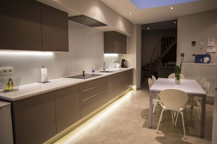 Realisatie keuken bij familie Lemmens - Moderne keuken met bruine kasten - Hans Keukens - www.hanskeukens.be