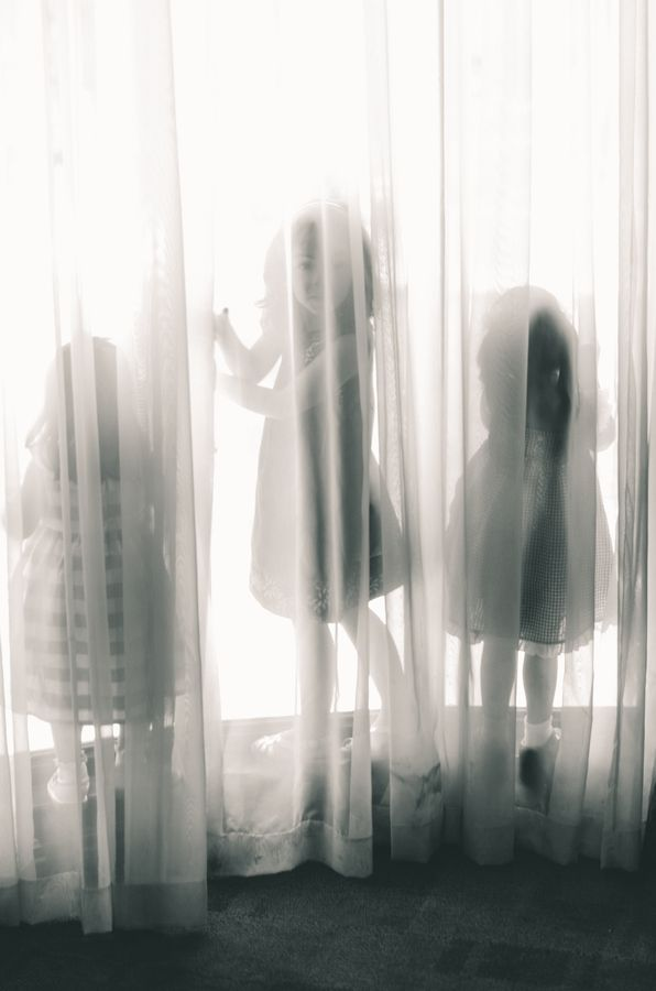 momentThree Girls, Shadows And Lights, Photos Ideas, Plays Games, Girls Generation, Cute Ideas, Curtains Hiding, Kids Photos, Plays Outside