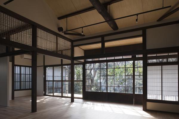 以前、TV番組「ガイアの夜明け」で東京R不動産が紹介された折にも取り上げられた東京・世田谷の古民家リノベーションの事例。改めてその計画詳細をレポートします。古い一軒家を生き返らせることを検討されているオーナーさん、希少な日本家屋に住んだり、居住兼事務所として使うことに関心のある方、ぜひ参考にされてみてください。昨今の深刻な空き家事情現在、日本国内では756万戸もの空き家が存在していると言われており