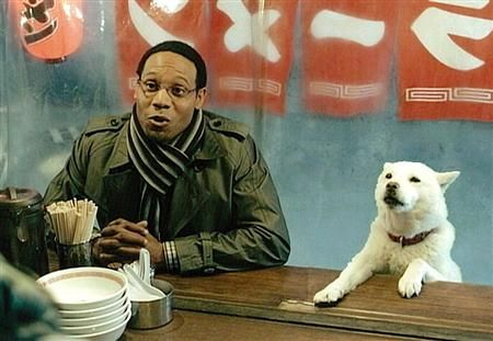 Одна из моих любимых реклам на японском ТВ - реклама оператора Softbank о семье белой собаки. Почему? Потому, что с не топорным юмором. Уже одно то, что эта семья странная: отец - белая собака, мать японка, сын темнокожий иностранец и дочь японка, вызывает улыбку и удивление 😁  Плюс к этому смешные сюжеты, но главное в рекламе Софтбанка - диалоги! ☝ Точно как в КВН или Камеди Клаб 🤣 Коротко и смешно 😆 Многое построено на игре слов 👍  Но чтобы понять все шутки, нужно, конечно, пожить в…