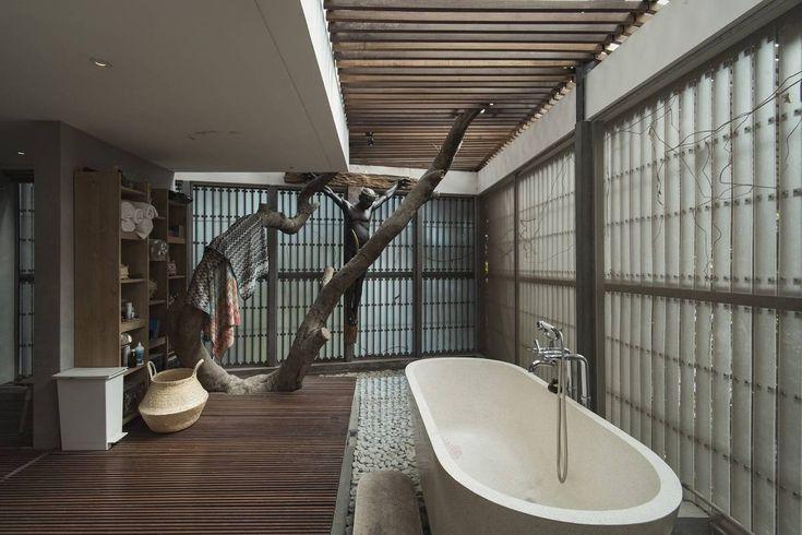 Photo Bathroom L+L House 1 desain arsitek oleh Antony Liu + Ferry Ridwan / Studio TonTon - ARSITAG