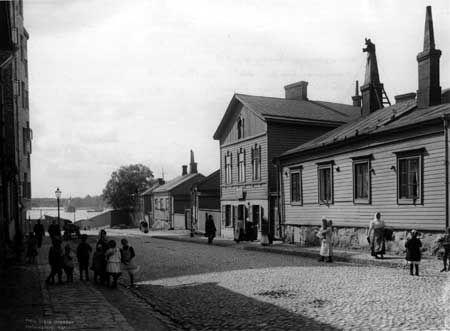 Punavuorenkadun pää 1907. Pienet empiretalot lähinnä rantaa olivat Sinebrychoffin panimon työväenasuntoja. Ne purettiin 1970-luvulla ja pystytettiin uudelleen Kaisaniemenrantaan. Taustalla Jätkäsaari ja sen edessä jäänmurtaja Sampo. Kuva: Signe Brander.