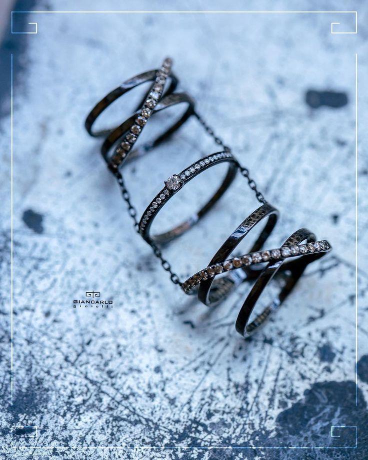 Если Вы любительница эпатажных образов в Вашей ювелирной коллекции обязательно должно появиться это интересное кольцо из черного золота инкрустированное белыми и коричневыми бриллиантами. Яркое броское запоминающееся- оно подчеркнет элегантность вечернего наряда и в тоже время прекрасно дополнит минималистические синие джинсы с белой рубашкой.  Черное золото вес -1076 гр. проба -750 Белые бриллианты -016 к./31 шт. Коричневые бриллианты - 066 ct./40 шт.  #jewelry #diamonds #rings #beauty…